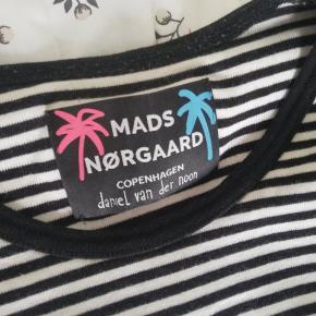 En fed og speciel trøje fra Mads Nørgaard! Printet er der en smule cracks i, men den kan stadig noget og er super duper sej!