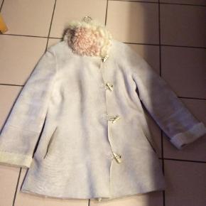 Varetype: Jakke Farve: Beige Oprindelig købspris: 3900 kr.  Lækker varm jakke fra Utzon, m benknapper/lukning , krave har mistet   farve, men en skøn kraftig skindjakke