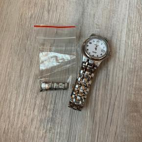 Candino ur står som nyt. Der medfølger ekstra led. Uret mangler dog et nyt batteri.   Jeg sender gerne med GLS eller DAO☀️ Mængderabat gives☀️ Har meget blandet tøj og andre ting til salg, så kig forbi min profil ☀️