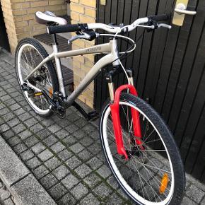Jeg sælge denne fin cykel for en ven. Mærket er Specialized og modelen hader Myka Elite 17 i farveren sølv. Cyklen fungerer perfekt og fejler intet. Cyklens ny pris var 7430 kr og den er meget lidt brugt. Kvitteringen følger selvfølgelige med.