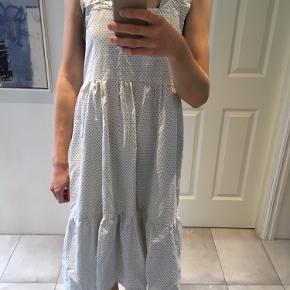 Hjemmesyet kjole syet af genbrugsstof   Super fin med en t-shirt eller rullekrave under, da den har dybe udskæringer under armene