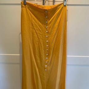 Vintage nederdel med knapper og elastik  Se også mine andre annoncer Giver mængde rabat Køber betaler fragt Fri fragt ved køb af 650kr Tager altid imod bud🤗