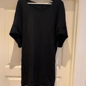 Varetype: Kjole Farve: Sort  Rigtig fin kjole med fine detaljer på ryggen.   Byd.