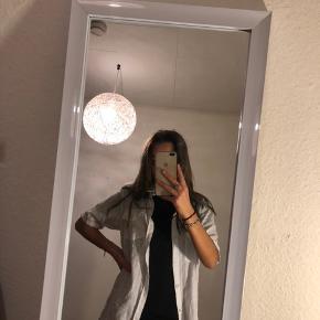Hvid lang skjorte fra mærket LIDER EFES.  Den er ret krøllet, så den skal lige stryges.   Tjek mine andre annoncer ud!🧡 Køber betaler fragt:)