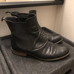 Jeg sælger disse fine støvler fra Havana Shoes, str. 35. De er brugt en del gange, og snuden er derfor lidt slidt.  Derfor sælges de billigt.    • Kan hentes i Århus C • Sender med DAO. • Mængderabat gives
