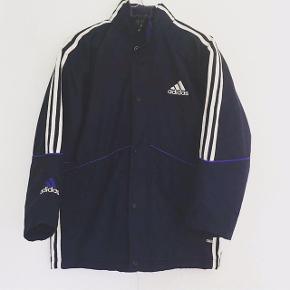 Virkelig fed vintage/retro Adidas jakke. Eftersom den er vintage er den brugt, men uden skader, huller og andre lignede ting. Vil skyde på en str. S-M (mindre str kan passe og en lille L evt.)
