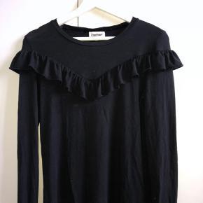 Denne trøje er størrelsen L i børnestørrelse, så ikke tag fejl af det :-)  Udover det er trøjen i god stand, og kun brugt et par gange. Flæsen der er på trøjen, er en super fin detalje, jeg selv har været glad for