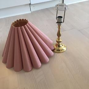 Superflot lampe med guld lampefod og lyserød lampeskærm BUD modtages gerne😊