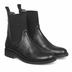 Angulus Chelsea boots, sort skind, elastik ved ankel, str. 39. De populære, klassiske støvler fra Angulus.   Elegante og behagelige! Brug begrænset i foråret. Kan evt. afhentes på Holmbladsgade, KBH S.