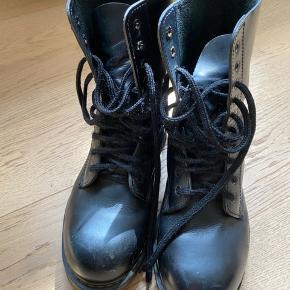 Der er tegn på, at støvlerne har været brugt, hvilket ses på billederne. Men de er stadig gode og robuste i formen.