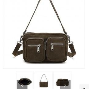 Sælger denne fine Noella taske i armygrøn.  Modellen er Højde: 15 cm Længde: 25 cm Bredde: 7 cm Skriv for flere billeder!!:)) Np: 500kr Mp: 300