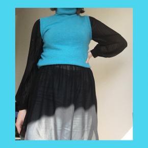 🐬🐬🐬🐬🐬🐬🐬🐬🐬🐬🐬🐬🐬🐬🐬  SORT SEE-THROUGH KJOLE  - Kjolen er mere eller mindre gennemsigtig - Den har elastik i taljen - Halsen er en plisseret krave der kan bindes eller hænge løst - Ballon-ærmer med knap-lukning  - Kjolen har et lille slids og er rundet ved bunden - Kjolen er oversized og passer derfor flere str. Alt efter hvordan den skal sidde  Skriv gerne for flere billeder:)  BYD BYD BYD!