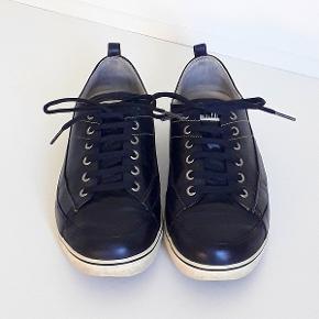 Fitflop snøresko i sort skind med cremefarvet sål. Skoen fremstår i fin stand, men sålen (hæl) er slidt, se billede Størrelse 39 Nypris 1100,00 Sælges for 195