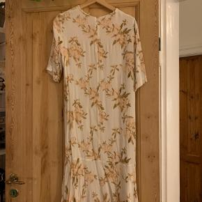Smuk kjole fra Ganni der har 3/4 ærmer og går til lidt over knæet ❤️