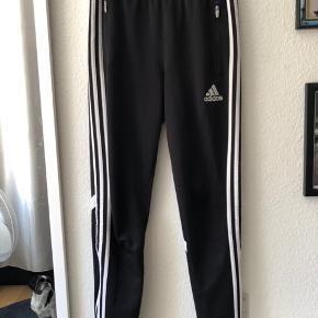 Gode Adidas bukser, som er brugt mange gange. Slidet kan ses som anvist på billedet, ellers fejler de intet.