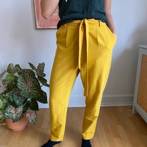Gule bukser med bindebånd i taljen. Ses på en str S   SE OGSÅ MINE ANDRE ANNONCER - mængderabat gives ✨ #Gøhlersellout