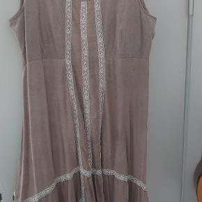 Flot cream beige  kjole med lyse blonder skal ses på