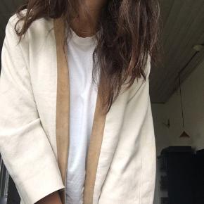 Mega fin kimono lignende blazer, købt på et marked i Berlin i April:)) Næsten som ny. Kan passe af alt fra xs- L
