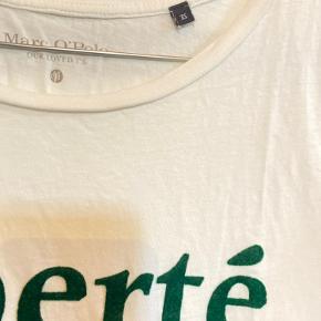 Marc O'Polo OUR LOVED T'S Luftig t-shirt med grøn fløjl/velour skrift på fronten Papirhvid / Flaskegrøn  Størrelse XS (Loose fit, passes også af en størrelse S & M)  Luftig basic statement t-shirt i 100% bomuld, med rund hals og lige snit. Fra røgfrit hjem  Købt for 300 kr. Sælges for 100 kr. (pris kan justeres efter købers behov)  T-shirten har kun været brugt få gange og viser ingen tegn på brug. Farven på skriften ses med direkte lys på billede nummer 2.