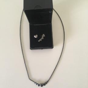 Elegant halskæde med øreringe fra Pernille Corydon i oxyderet sølv sælges samlet sælges for 350 kr. Sættet er kun brugt få gange og fremstår som nyt🌸 Se også mine andre annoncer, da jeg bl.a. sælger ud af mine smykker, tøj, sko, tasker, samt ting og sager🌸  Tags: Pernille Corydon Halskæde Øreringe Oxyderet sølv