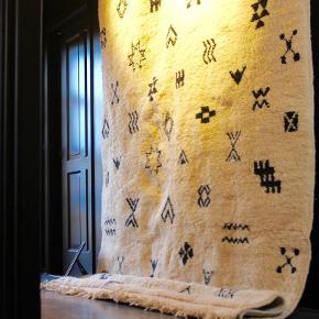 Håndknyttet beni ouarain tæppe fra Marokko. Har aldrig været brugt. Måler 3 x 2 m. Tæppet kan afhentes ellers sendes det med GLS