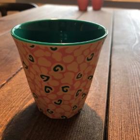Sælger denne kop, da jeg ikke får den brugt. Det er den lille størrelse (ikke børne størrelsen, men heller ikke latte krus størrelsen). Helst gerne afhentning hos mig i Odense C ✨