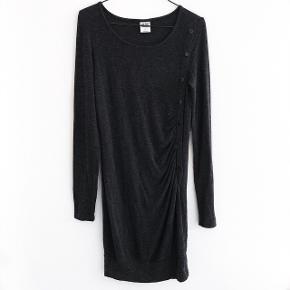 Vero Moda kjole i mørkegrå med fine detaljer med knapper foran, den er monster dejlig blød at have på  størrelse: 34   pris: 100kr    fragt: 37