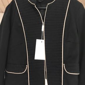 Super fin jakke fra In Wear, aldrig brugt med tags ! Oprindelig pris 1199 kr.