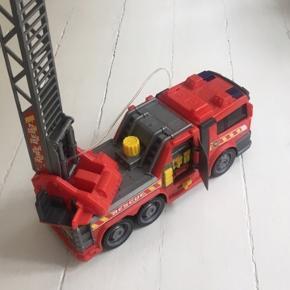 Flot brandbil med stige og slange. Mål: 36cm bred og 42 cm høj med stige oppe. Har flere biler til salg.