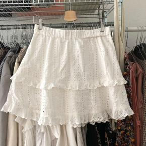 ICHI nederdel i hvid med blonder   størrelse: 38   pris:  150 kr   fragt: 37 kr