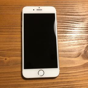 iPhone 6, 64 GB, guld. Som det ses på billederne er den meget slidt på bagsiden. Den fungerer udemærket - dog er batteriet meget dårligt og til tider er den en smule langsom. Deraf den billige pris. Jeg er åben for bud 😄