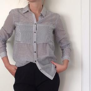 Silkeskjorte fra Karen By Simonsen. Str xs.  Sendes kun. Køber betaler fragt.