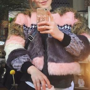 Munthe Kennedy faux fur jakke   Jakken udkom som limited edition i år 2016, og er en jakke designet af udvalgte danske bloggere. Munthe er kendt for sit rå og elegante design, samt de unikke detaljer, der er et gennemgående element i jakken, både indvendigt og udvendigt.   Jakken er en str 36 og købsprisen var oprindeligt 3200 kr   Sendes for 40 kr med DAO💫