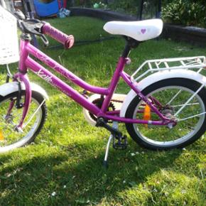 Rigtig pæn begynder pigecykel. Mest bare brugt til cykling i haven. Har dog lidt slid her der.
