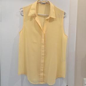Brand: By Second Female Copenhagen Varetype: Skjorte Farve: Gul  Flot, feminin og sommerlig skjorte uden ærmer i skøn gul farve sælges. 100% polyester.   Målt på tværs fra ærmegab til ærmegab 49 cm (x 2)  Længde målt bagpå: 75 cm   Se også mine andre annoncer.   Handler også gerne via MobilePay.   Jeg sender med Dao.