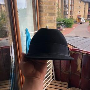 Fedora hat fra Soulland.  Skyggen er en lille smule skæv, men ikke noget man ligger mærke til når man har den på.   Giv et bud!