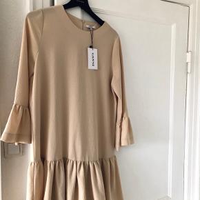 Fin Ganni kjole, aldrig brugt og har faktisk stadig prismærke. Fine løse ærmer og skirt.