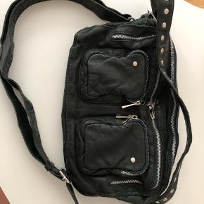 Smuk taske næsten ikke brugt.  Måler 32x22