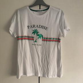 Sælges rigtig sød sommer T-shirt fra Pieces i str L kan os passes af en str M helt ny og har aldrig været brugt, og den fejler intet.