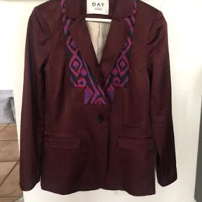 Fin jakke i Bordeaux med mønster foran