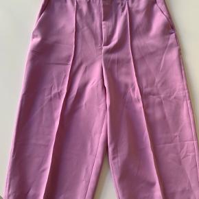 Lange shorts fra ZARA. Ny med prismærke. Sælges da de er en smule for store.