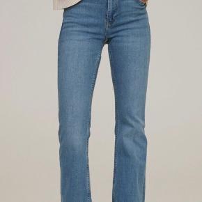 Mango flare jeans str. 38  Jeg har brugt dem i få timer og de er ikke vasket, derfor tillader jeg mig at skrive aldrig brugt:)  Købt på Zalando