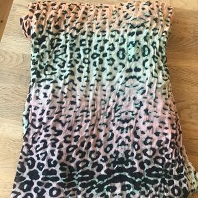 Fint tørklæde med Leo mønster og i farverne grøn, turkis, lyserød og orange. Fra røg- og dyrefrit hjem. Måler 100x200 cm