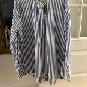 H&M skjorte: Bomuldsskjorte med striber fra H&M i str.38, er brugt to-tre gange.  Nypris 200,-  Respekter venligst at jeg ikke bytter og køber betaler porto samt gebyr ved tspay (både sælger og købers gebyr).
