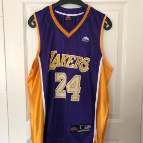 Fed Lakers top, er brugt som oversize  Brugt få gange er købt i NY  Nypris 600,00 DKK  Se også mine andre annoncer 😊