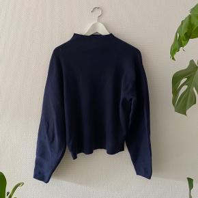 Fin sweater fra H&M med den flotteste halsudskæring ✨   Materiale: 60% Polyester, 35% Polyamide & 5% uld #Secondchancesummer