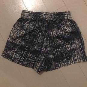 Shorts med blåt og hvidt mønster. Elastik i taljen. Jeg sælger også en matchende top til (se mine andre opslag).