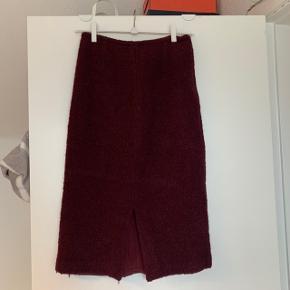 """""""Uld""""nederdel med slids bagpå og lynlås i siden, fitter en s/m"""
