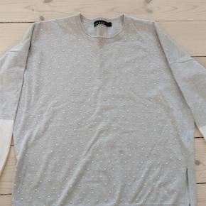 Varetype: Bluse Farve: Grå Prisen angivet er inklusiv forsendelse.  Karen Millen trøje 71% viscose, 29% polyester. Fejler intet og ingen pletter. Måler 36 cm. fra under armen og ned.