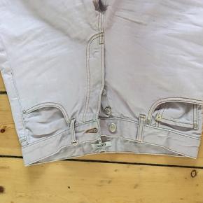 Flotte vidde jeans fra Ganni i en sart lilla farve, størrelse 36. Overordnet set i god stand, men en smule cykelolie nederst på det ene ben, som jeg desværre ikke kan få af